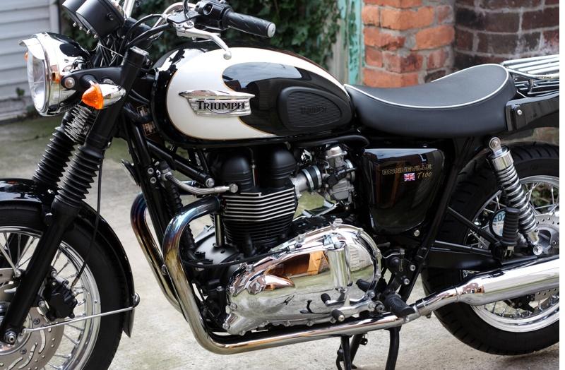 Triumph Single Seat & Rack Kit, White Piping (Bonneville SE T100 ...